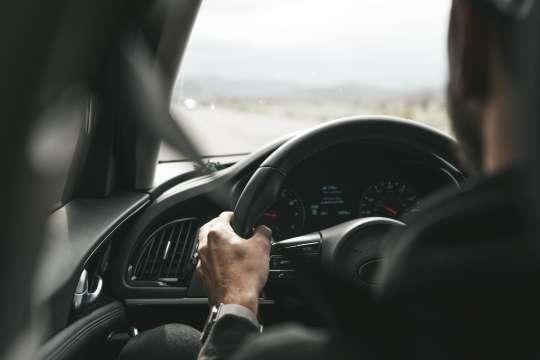 der Fahrer, der das Auto fährt